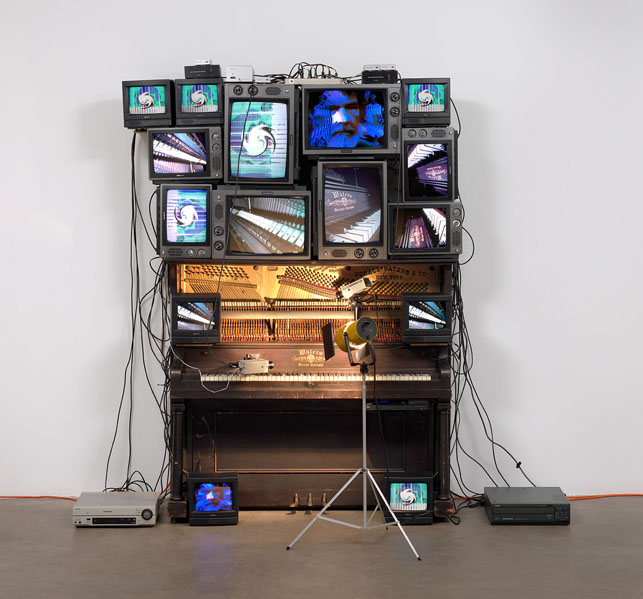 白南准,《无题》(Untitled,1993),© 2013 Estate of Nam June Paik 图片:Courtesy of The Museum of Modern Art