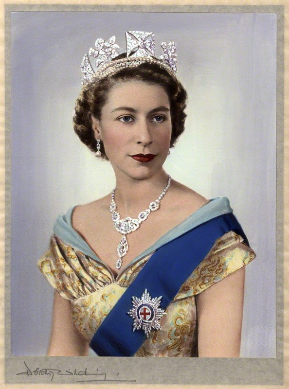 多萝西·威尔丁,《伊丽莎白女王二世》(Queen Elizabeth II,1952),由贝娅特丽丝·约翰逊手工着色 图片: © William Hustler and Georgina Hustler, courtesy the National Portrait Gallery, London.