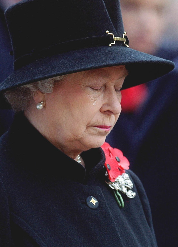 马克•斯图尔特,《女王在西敏寺大教堂纪念墓地落泪》(The Queen Crying at the Field of Remembrance, Westminster Abbey,2002) 图片: Mark Stewart.