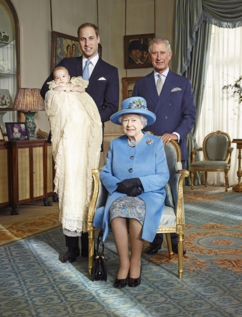 杰森·贝尔,《四世同堂的英国皇室》(Four generations of the Royal Family, The Queen with The Prince of Wales, The Duke of Cambridge, and Prince George of Cambridge ,2013)图片: Jason Bell/Camera Press.