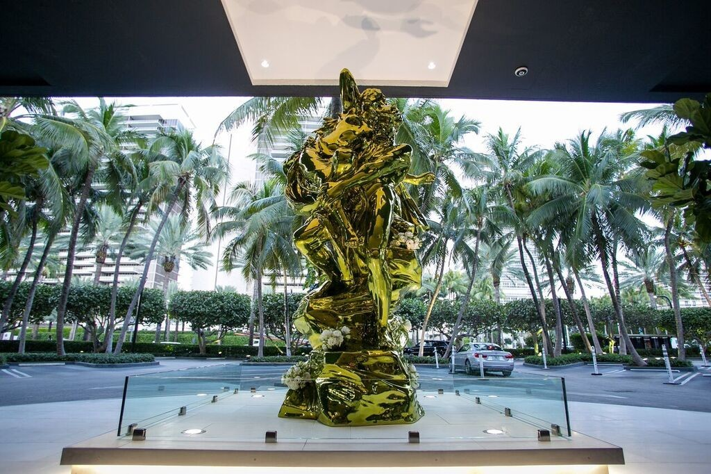 杰夫·昆斯《普鲁托和普洛塞尔皮娜》(Pluto and Proserpina) 图片:courtesy Bal Harbour Shops and Oceana Bal Harbour