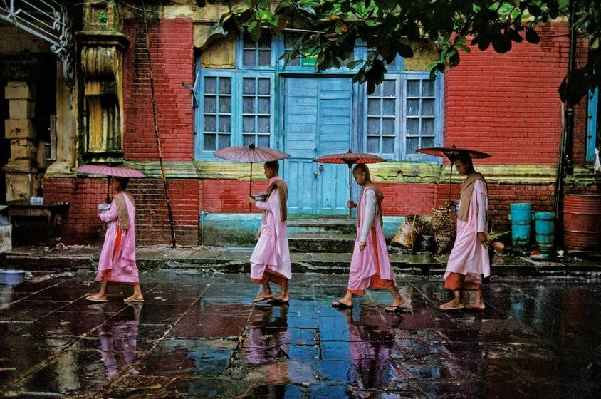 史蒂夫·麦凯瑞,《女僧队列,仰光》(Procession of Nuns, Rangoon ),1994 图片:Courtesy of Sundaram Tagore Gallery.