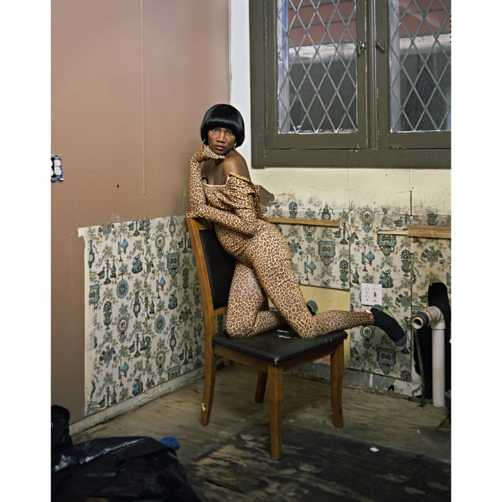 迪安娜·劳森(Deana Lawson), 《Mickey and Friends (2013)》。 图片:致谢 Rhona Hoffman画廊