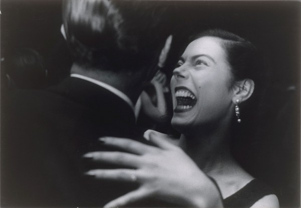 Garry Winogrand,《El Morocco,New York》(1955)。纽约大都会艺术博物馆收藏; The Horace W. Goldsmith Foundation 捐赠,1992 (1992.5107)  © The Estate of Garry Winogrand。 图片:courtesy Fraenkel Gallery, San Francisco