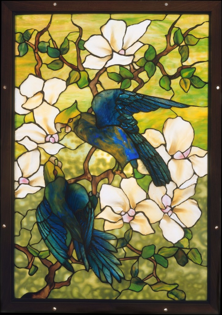Louis Comfort Tiffany,Tiffany Studios,《芙蓉与鹦鹉》(Hibiscus and Parrots ,约1910–20)。图片 Courtesy of the Metropolitan Museum of Art