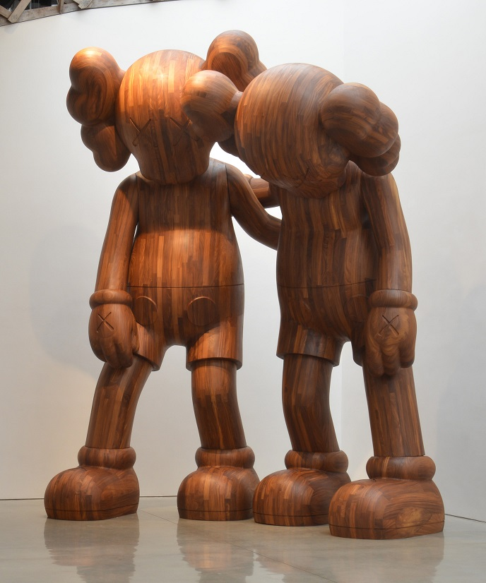 KAWS,ALONG THE WAY,2013,Wood,246 × 190.5 × 130.18 cm,Collection of the Artist。图片:致谢余德耀美术馆