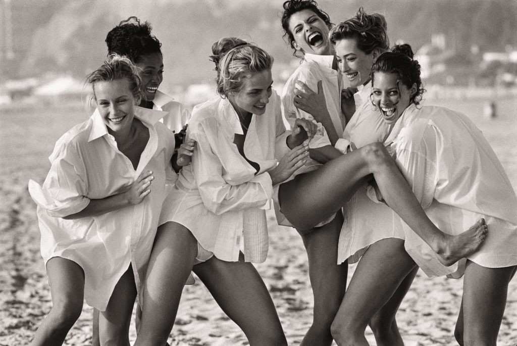 White Shirts: Estelle Léfebure,Karen Alexander, Rachel Williams,Linda Evangelista, Tatjana Patitz & ChristyTurlington, Malibu,(1988) ©Peter Lindbergh。图片:致谢艺术家, Paris / Gagosian Gallery