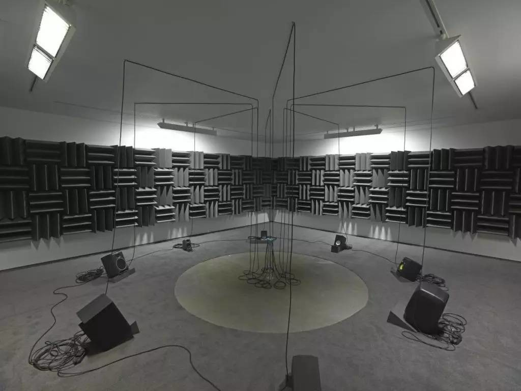 Haroon Mirza,《 Adam, Eve, Others and a UFO》 (2013)。图片:致谢艺术家和里森画廊。