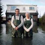 Gidéon Mendel,《Jeff and Tracey Waters, Staines-upon-Thames, Surrey, UK, February 2014》,来自Submerged Portraits 系列。图片:©Rencontres d'Arles, courtesy of the artist