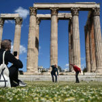 Prinz Gholam's My Sweet Country at the Temple of Olympian Zeus in Athens。图片:Louisa Gouliamaki / AFP / Getty Images