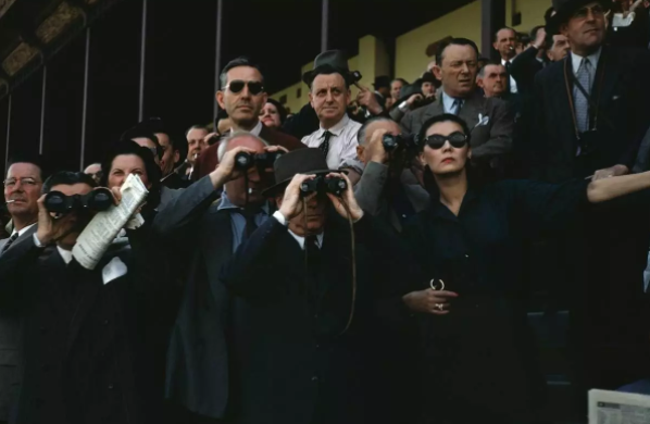 ROBERT CAPA,《Spectators at Longchamp Racecourse》,1952。图片:Courtesy of Jenny Wang