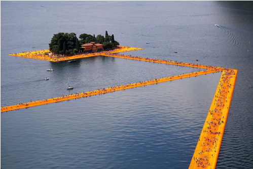 艺术家Christo Vladimirov Javacheff在伊塞奥湖创作的《漂浮的码头》(The Floating Piers)。图片:Courtesy of Marco Bertorello/AFP/Getty Images