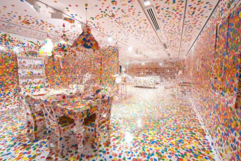 草间弥生,《消失的房间》(The Obliteration Room,2002)。图片:Courtesy of the Queensland Art Gallery Foundation/QAGOMA Photography;©Yayoi Kusama