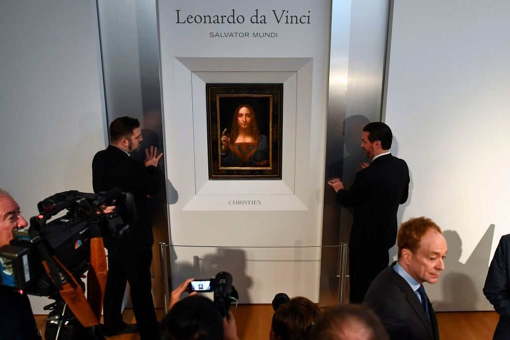 "Security personnel stand next to Leonardo da Vinci's ""Salvator Mundi"" after it was unveiled at Christie's in New York on October 10, 2017.  2017年10月10日,达·芬奇的《救世主》在纽约佳士得揭幕。图片: Jewel Samad /法新社/盖蒂图片社"