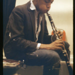 Alexis Adler, 《巴斯奎亚在公寓洗手间内练习单簧管》(Basquiat practicing clarinet in the bathroom of the apartment),约1980年。图片: courtesy of MCA Denver