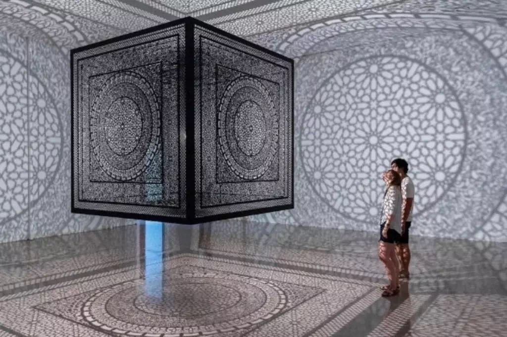 Anila Quayyum Agha,《交叉口》(Intersections)2013。图片:Courtesy of the artist;© 2013 Rice Gallery;Nash Baker