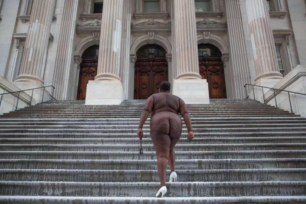 Nona Faustine, 《越过她的尸体,2013年于纽约布鲁克林特维德法院》(Over Her Dead Body, Tweed Courthouse, Brooklyn,NY, 2013)。图片:致谢Steven Kasher Gallery