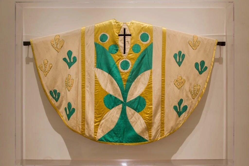 亨利·马蒂斯,《斗篷》,约1950。图片:Courtesy of the Museum of Modern Art;© The Metropolitan Museum of Art;Courtesy of the Collection of the Liturgical Celebrations of the Supreme Pontiff, Papal Sacristy, Vatican City