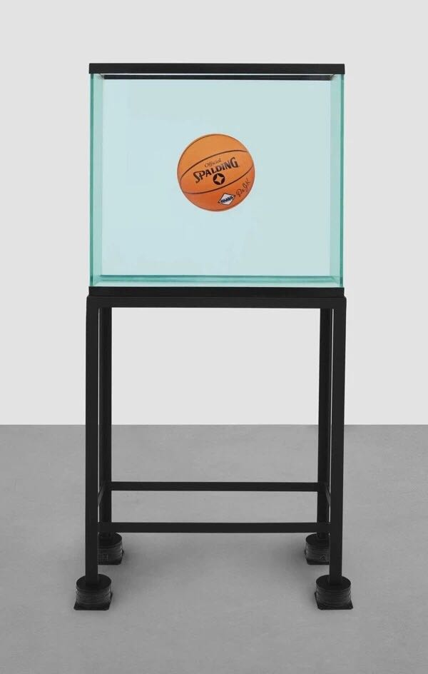 杰夫·昆丝(Jeff Koons),《One Ball Total Equilibrium Tank》(Spalding Dr. J Silver系列)(1985)。图片:Courtesy of Christie's Images Ltd