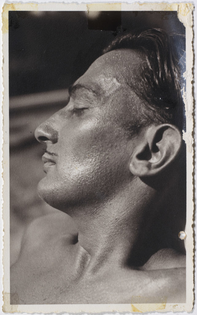 Anna Laetitia Pecci-Blunt,《达利在意大利的Villa Reale di Marlia》(Portrait of Salvador Dalí at Villa Reale di Marlia),1936。图片: Image rights of Salvador Dalí reserved