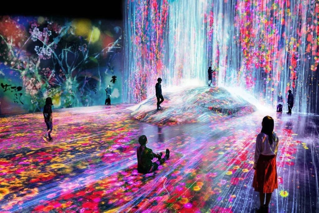 teamLab的《Universe of Water Particles on a Rock where People Gather》,2018。图片:致谢佩斯画廊