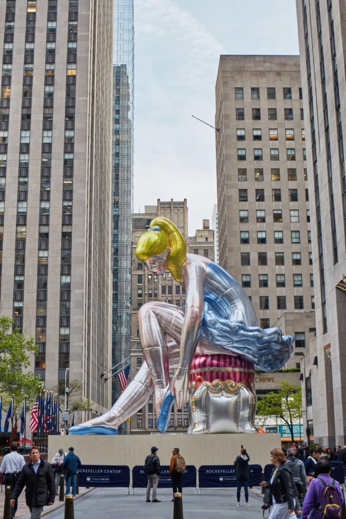 杰夫·昆斯,《坐着的芭蕾舞者》(Seated Ballerina, 2017)图片:© Jeff Koons, courtesy of Tom Powel Imaging/PRNewsfoto/Tishman Speyer/Kiehls