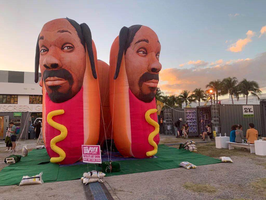 2018年的Satellite艺术展上,Cool Shit的作品《Snoop Dogg Hot Dogs》。图片:by Sarah Cascone