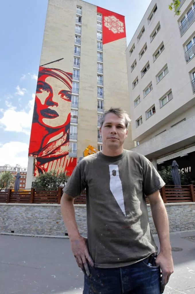 谢泼德·费尔里(Shepard Fairey )在巴黎的作品前照相。图片:Pierre Verdy/AFP/Getty Images