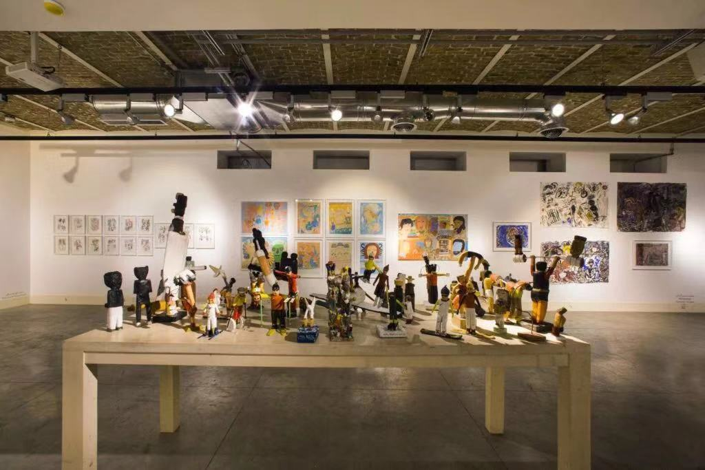 第四届局外人艺术展(Annual Outsider Art Exhibition)中,Dastan's Basement画廊展览的现场图。图片:Courtesy of Dastan's Basement