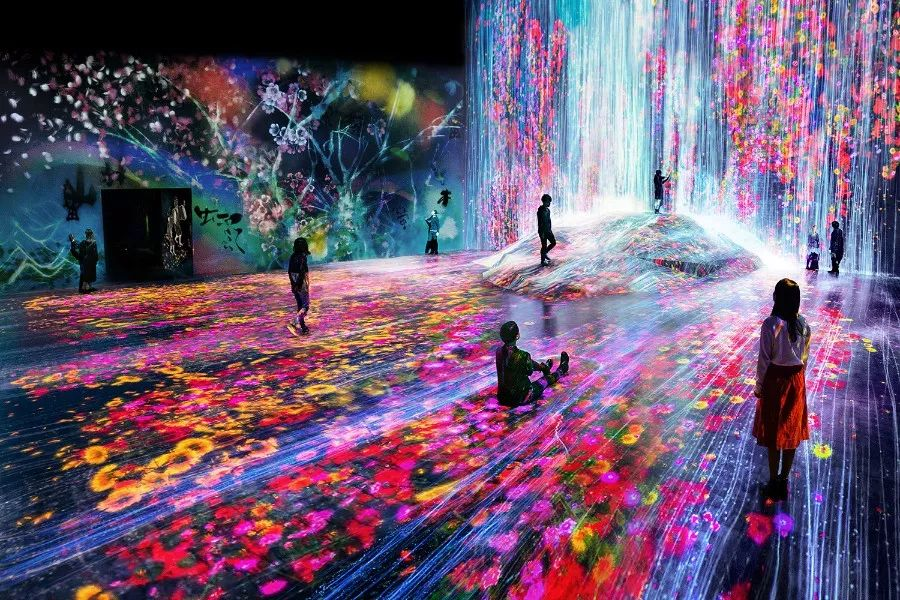 《Universe of Water Particles on a Rock where People Gather》。此图片拍摄于东京MORI Building DIGITAL ART MUSEUM: teamLab Borderless现场。图片:© teamLab is represented by Pace Gallery
