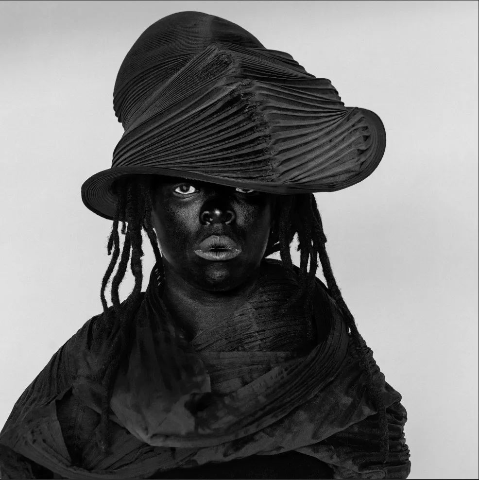 Zanele Muholi, MuMu XIX(2019)。图片:由the artist, Stevenson, Cape Town/Johannesburg and Yancey Richardson, New York提供