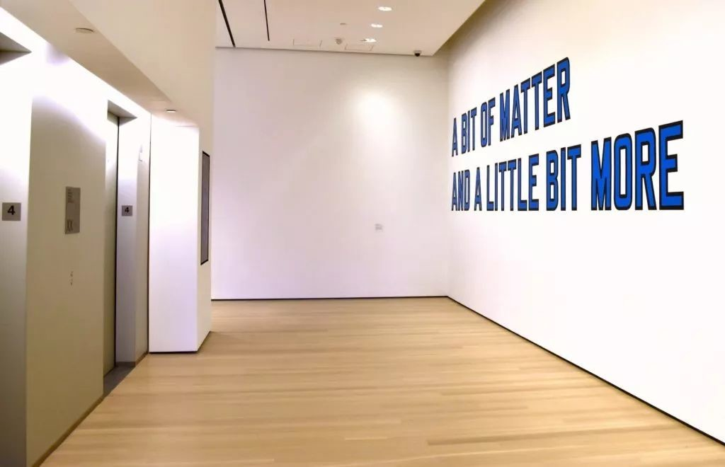 劳伦斯·韦纳(Lawrence Weiner),《A BIT OF MATTER AND A LITTLE BIT MORE》(1976)。图片:Ben Davis