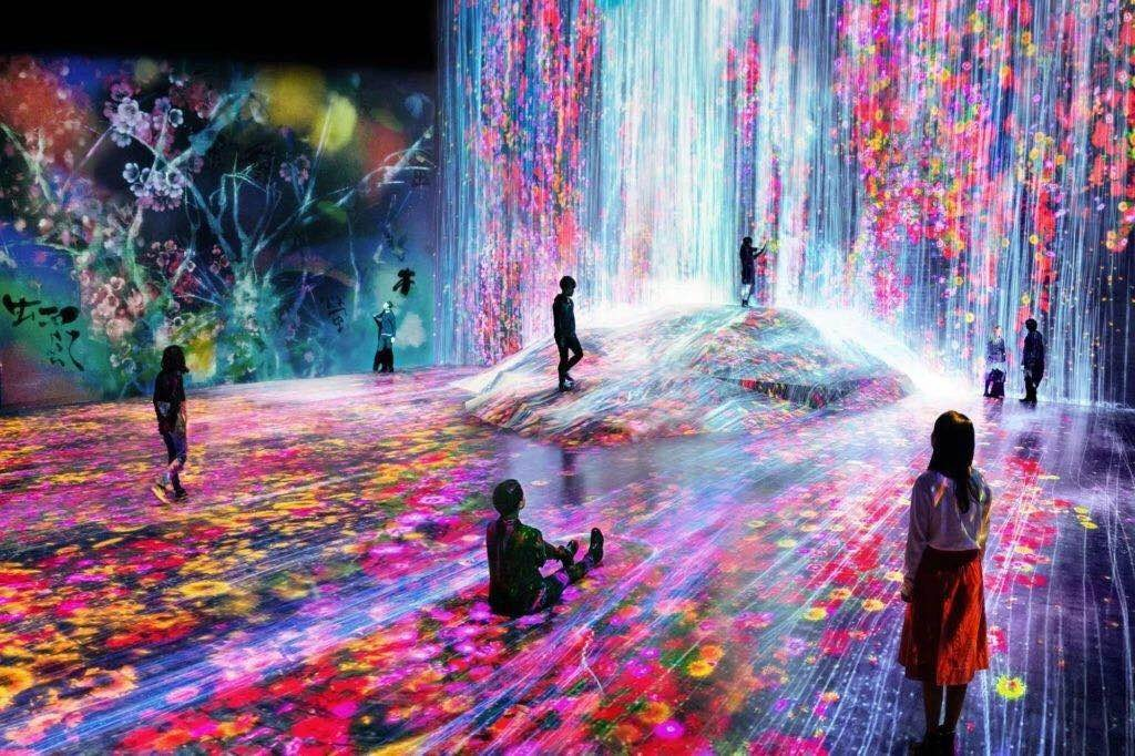 teamLab,《在人们聚集的岩石上,注入水粒子的世界》(Universe of Water Particles on a Rock where People Gather),2018年。图片:Image courtesy of Pace Gallery